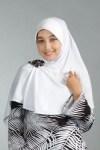model lagi iklanin jilbab